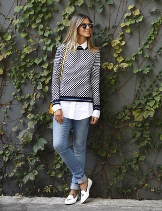 Как и с чем носить: темно-сине-белый свитер с круглым вырезом в мелкую клетку, белая классическая рубашка, голубые джинсы скинни, белые кожаные лоферы