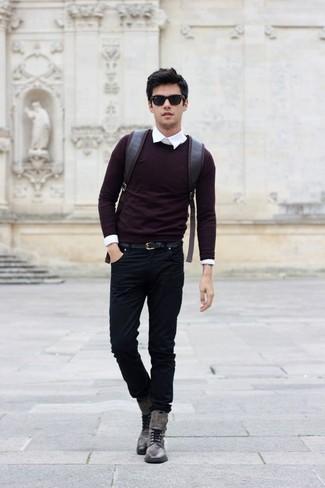 Как и с чем носить: темно-красный свитер с круглым вырезом, белая классическая рубашка, черные джинсы, серые кожаные повседневные ботинки