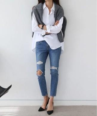 Как и с чем носить: серый свитер с круглым вырезом, белая классическая рубашка, синие рваные джинсы, черные замшевые туфли