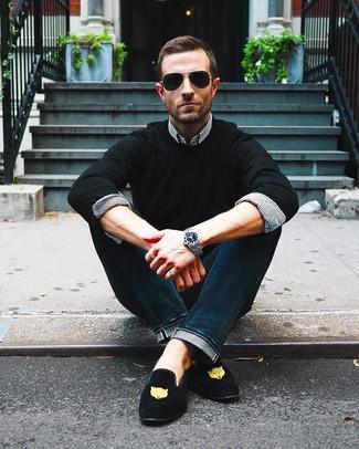 Как и с чем носить: черный свитер с круглым вырезом, бело-черная классическая рубашка в вертикальную полоску, темно-синие джинсы, черные замшевые лоферы с вышивкой
