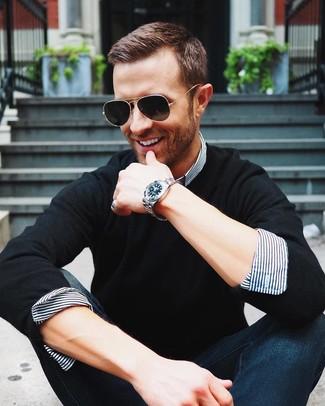 Как и с чем носить: черный свитер с круглым вырезом, бело-темно-синяя классическая рубашка в вертикальную полоску, темно-синие джинсы, черные солнцезащитные очки
