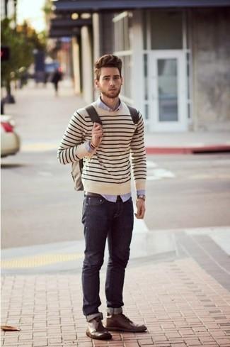Как и с чем носить: бежевый свитер с круглым вырезом в горизонтальную полоску, светло-фиолетовая классическая рубашка, темно-синие джинсы, темно-коричневые кожаные ботинки дезерты