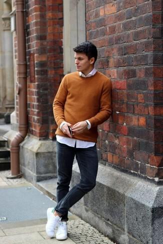 Как и с чем носить: горчичный свитер с круглым вырезом, белая классическая рубашка, черные зауженные джинсы, белые низкие кеды из плотной ткани