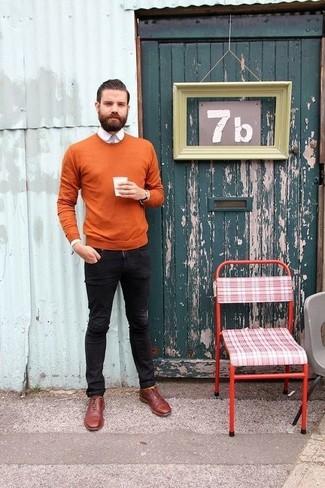 Как и с чем носить: табачный свитер с круглым вырезом, белая классическая рубашка, черные зауженные джинсы, темно-красные кожаные оксфорды