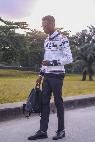 Как и с чем носить: белый новогодний свитер с круглым вырезом, белая классическая рубашка, черные классические брюки, черные кожаные туфли дерби