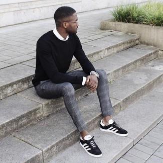Как и с чем носить: черный свитер с круглым вырезом, белая классическая рубашка, серые классические брюки в шотландскую клетку, черно-белые замшевые низкие кеды