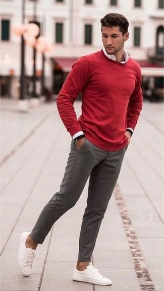 Черные резиновые часы: с чем носить и как сочетать мужчине: Такое лаконичное и практичное сочетание вещей, как красный свитер с круглым вырезом и черные резиновые часы, придется по душе джентльменам, которые любят проводить дни в постоянном движении. Любишь яркие луки? Дополни образ белыми низкими кедами из плотной ткани.