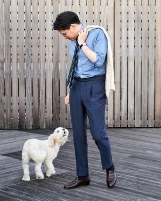 С чем носить голубую классическую рубашку мужчине: Несмотря на то, что это достаточно консервативный образ, лук из голубой классической рубашки и темно-синих классических брюк является неизменным выбором современных джентльменов, неминуемо покоряя при этом сердца барышень. Чтобы лук не получился слишком претенциозным, можно дополнить его темно-коричневыми кожаными лоферами.