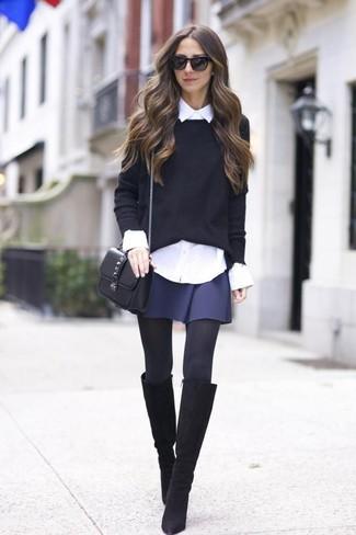 Как и с чем носить: черный свитер с круглым вырезом, белая классическая рубашка, темно-синяя короткая юбка-солнце, черные замшевые сапоги