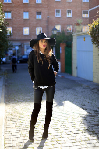Модный лук: Черный свитер с круглым вырезом, Белая классическая рубашка, Черные кожаные леггинсы, Черные замшевые ботфорты