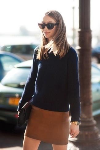 Как и с чем носить: темно-синий свитер с круглым вырезом, белая классическая рубашка, коричневая кожаная мини-юбка, черный кожаный клатч