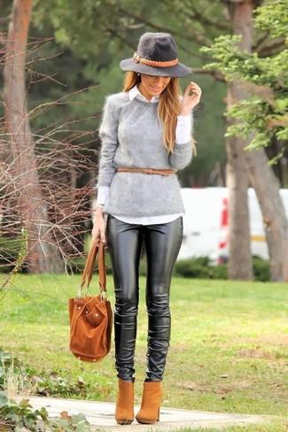 Как и с чем носить: серый пушистый свитер с круглым вырезом, белая классическая рубашка, черные кожаные узкие брюки, светло-коричневые замшевые ботильоны