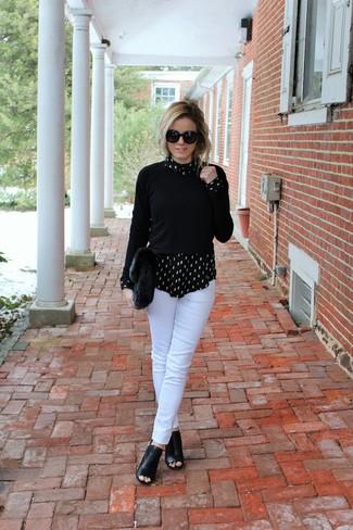 Как и с чем носить: черный свитер с круглым вырезом, черно-белая классическая рубашка с принтом, белые узкие брюки, черные кожаные ботильоны с вырезом