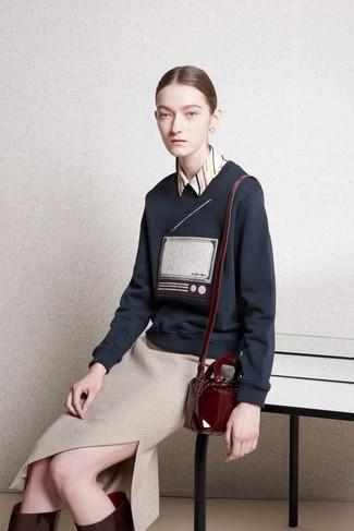 Как и с чем носить: темно-синий свитер с круглым вырезом с принтом, бежевая классическая рубашка в вертикальную полоску, бежевая вязаная юбка-карандаш, темно-красные кожаные сапоги