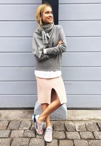Как и с чем носить: серый свитер с круглым вырезом, белая классическая рубашка, розовая юбка-карандаш, розовые кроссовки