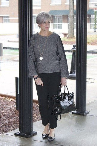 Как и с чем носить: темно-серый свитер с круглым вырезом, черные классические брюки, черные кожаные балетки, черная кожаная большая сумка
