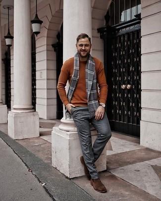 С чем носить табачный свитер с круглым вырезом мужчине: Табачный свитер с круглым вырезом в сочетании с серыми шерстяными классическими брюками поможет воплотить строгий мужской стиль. Коричневые замшевые ботинки челси — прекрасный выбор, чтобы закончить образ.