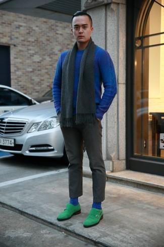 Как и с чем носить: синий свитер с круглым вырезом, темно-серые классические брюки, зеленые замшевые монки с двумя ремешками, темно-серый шарф