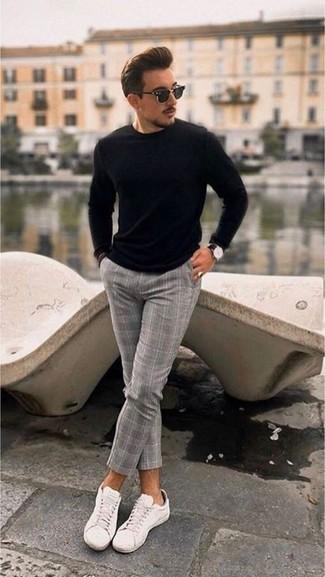 Как и с чем носить: черный свитер с круглым вырезом, серые шерстяные классические брюки в клетку, белые низкие кеды из плотной ткани, черные солнцезащитные очки