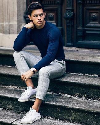 Как и с чем носить: темно-синий свитер с круглым вырезом, серые классические брюки в шотландскую клетку, белые низкие кеды из плотной ткани, черный кожаный ремень