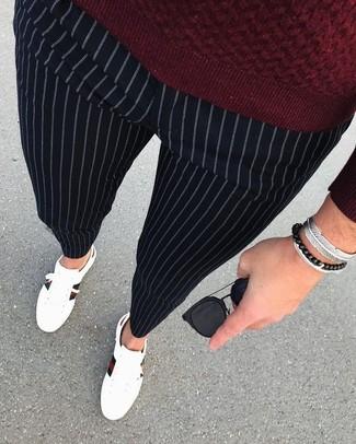 Как и с чем носить: темно-красный свитер с круглым вырезом, черные классические брюки в вертикальную полоску, белые кожаные низкие кеды, черные солнцезащитные очки