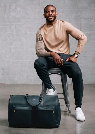 Как и с чем носить: светло-коричневый свитер с круглым вырезом, темно-серые шерстяные классические брюки, белые кожаные низкие кеды, черная кожаная дорожная сумка
