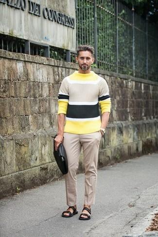 Как и с чем носить: желтый свитер с круглым вырезом в горизонтальную полоску, бежевые классические брюки, черные кожаные сандалии, черный кожаный мужской клатч