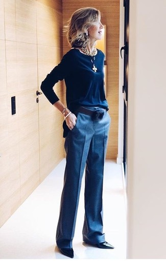 Как и с чем носить: темно-синий свитер с круглым вырезом, темно-синие классические брюки, черные кожаные туфли, черный кожаный ремень