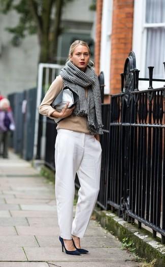Как и с чем носить: светло-коричневый свитер с круглым вырезом, белые классические брюки, темно-синие замшевые туфли, черно-белый кожаный клатч