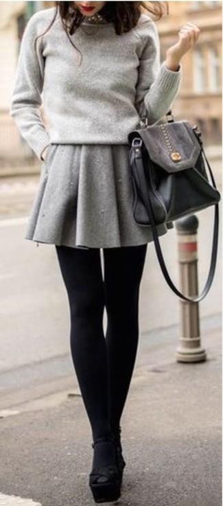 Как и с чем носить: серый свитер с круглым вырезом, серая короткая юбка-солнце, черные замшевые массивные босоножки на каблуке, черная кожаная сумка-саквояж