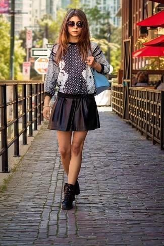 Как и с чем носить: черно-белый свитер с круглым вырезом с принтом, черная кожаная короткая юбка-солнце, черные кожаные ботильоны на шнуровке, голубой рюкзак