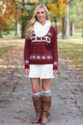 Как и с чем носить: темно-красный свитер с круглым вырезом с жаккардовым узором, белая короткая юбка-солнце, коричневые кожаные сапоги, серые носки до колена