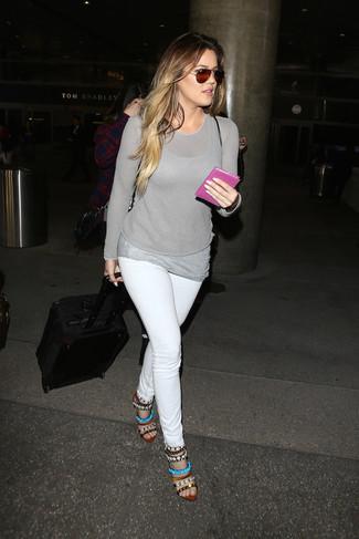 Как и с чем носить: серый свитер с круглым вырезом, серая майка, белые джинсы скинни, разноцветные кожаные босоножки на каблуке с украшением