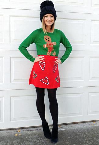 Как и с чем носить: зеленый новогодний свитер с круглым вырезом, красная шерстяная мини-юбка, черные замшевые ботильоны, черная вязаная шапка