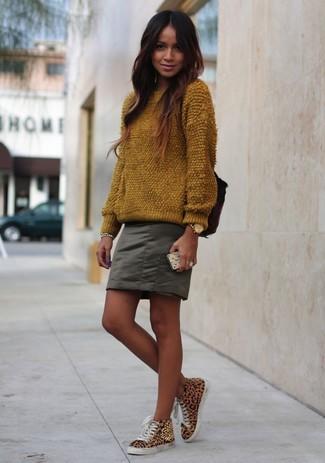 Как и с чем носить: коричневый пушистый свитер с круглым вырезом, оливковая мини-юбка, светло-коричневые высокие кеды с леопардовым принтом, золотые часы