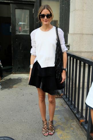 Как и с чем носить: белый кружевной свитер с круглым вырезом, черная кожаная мини-юбка, серые кожаные гладиаторы, черная сумка-мешок c бахромой