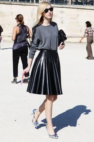 Как и с чем носить: темно-серый свитер с круглым вырезом, черная кожаная мини-юбка со складками, серебряные кожаные туфли, черный кожаный клатч