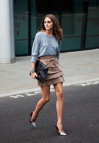 Как и с чем носить: серый свитер с круглым вырезом, коричневая кожаная мини-юбка, серебряные кожаные туфли, черный кожаный клатч