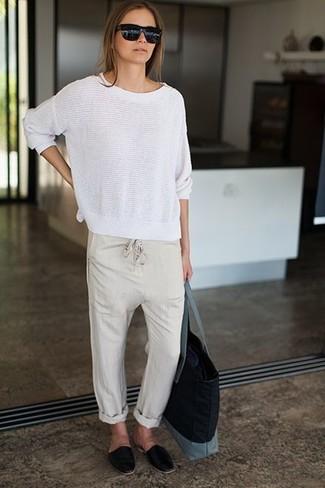 Как и с чем носить: белый свитер с круглым вырезом, бежевые пижамные штаны, черные кожаные лоферы, черная большая сумка из плотной ткани
