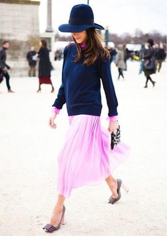 Как и с чем носить: темно-синий свитер с круглым вырезом, розовое шифоновое платье-миди, серые кожаные туфли, черный кожаный клатч с украшением