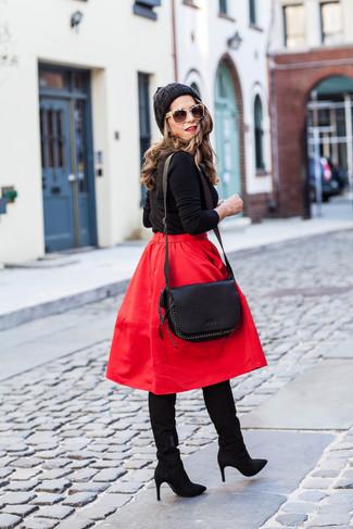 Как и с чем носить: черный свитер с круглым вырезом, красная пышная юбка, черные замшевые сапоги, черная кожаная сумка через плечо