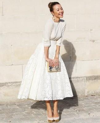 Как и с чем носить: бежевый свитер с круглым вырезом, белая кружевная пышная юбка, бежевые замшевые туфли, бежевый кожаный клатч с принтом
