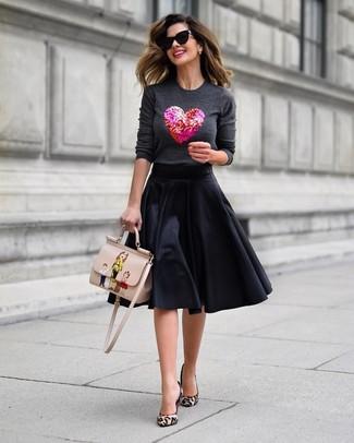 Светло-коричневые туфли из ворса пони с леопардовым принтом: с чем носить и как сочетать: Если ты считаешь себя одной из тех барышень, способных хорошо разбираться в трендах, тебе понравится дуэт темно-серого свитера с круглым вырезом с украшением и черной пышной юбки. Вкупе с этим луком выигрышно смотрятся светло-коричневые туфли из ворса пони с леопардовым принтом.
