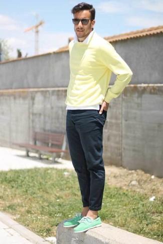 Как и с чем носить: желтый свитер с круглым вырезом, белая рубашка с длинным рукавом, темно-синие брюки чинос, мятные топсайдеры из плотной ткани