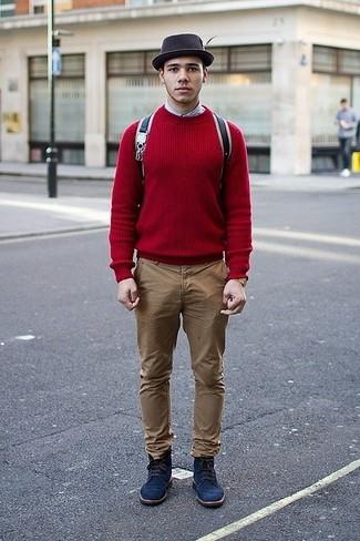 Как и с чем носить: красный свитер с круглым вырезом, голубая рубашка с длинным рукавом, светло-коричневые брюки чинос, темно-синие замшевые повседневные ботинки