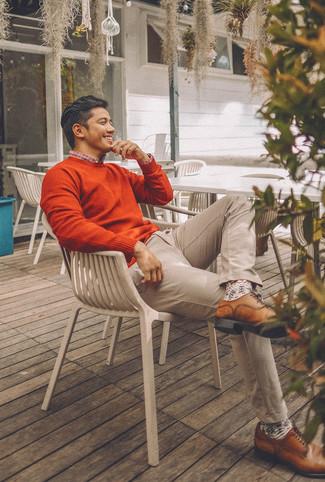 Как и с чем носить: оранжевый свитер с круглым вырезом, бело-красно-синяя рубашка с длинным рукавом в шотландскую клетку, бежевые брюки чинос, коричневые кожаные туфли дерби