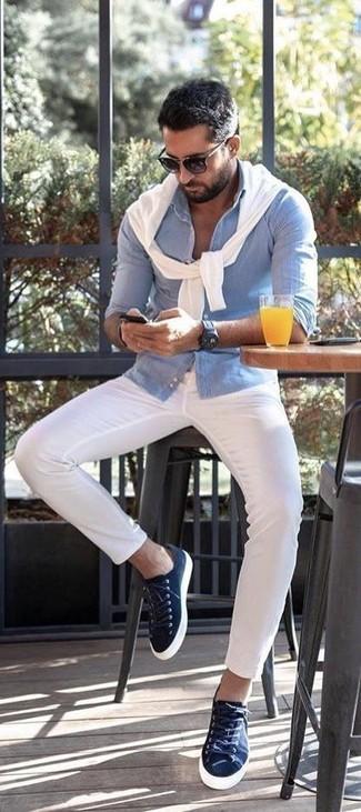 Как и с чем носить: белый свитер с круглым вырезом, голубая рубашка с длинным рукавом из жатого хлопка, белые брюки чинос, темно-синие низкие кеды из плотной ткани