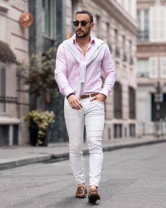 Как и с чем носить: белый свитер с круглым вырезом, розовая рубашка с длинным рукавом, белые брюки чинос, коричневые кожаные лоферы с кисточками
