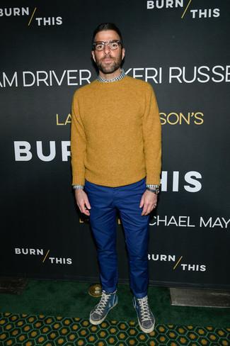 Как и с чем носить: горчичный свитер с круглым вырезом, бело-зеленая рубашка с длинным рукавом в мелкую клетку, синие брюки чинос, темно-серые высокие кеды