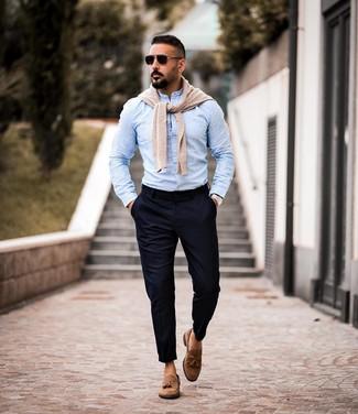 Как и с чем носить: бежевый свитер с круглым вырезом, голубая рубашка с длинным рукавом, темно-синие брюки чинос, коричневые замшевые лоферы с кисточками